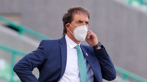 TORREON, MEXICO - AUGUST 16: Guillermo Almada, headcoach of Santos looks on during the 5th round match between Santos Laguna and Atlas as part of the Torneo Guard1anes 2020 Liga MX at Corona Stadium on August 16, 2020 in Torreon, Mexico. (Photo by Manuel Guadarrama/Getty Images)-Not Released (NR)